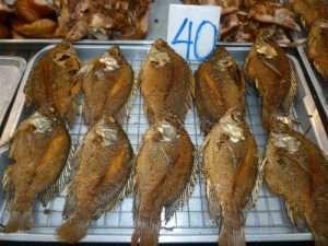 ayutthaya mercato notturno pesce grigliato