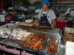 ayutthaya mercato notturno spiedini