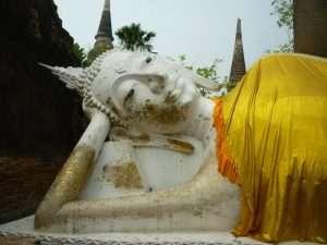 ayutthaya wat yai chai mongkol buddha bianco disteso