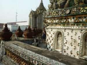 bangkok wat arun corridoio decorato