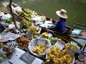 mercato galleggiante banane