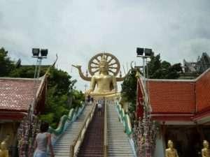 scalinata verso il tempio di bophit ko samui