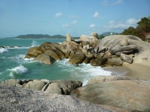 spiaggia rocciosa a ko samui
