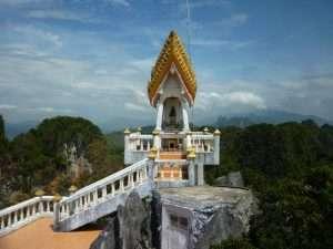 tempio in cima alla montagna a krabi