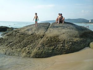 phuket kata beach rocce in spiaggia