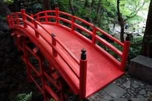 ponte rosso al parco di Tokyo