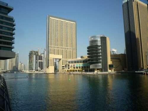 Dubai marina grattacieli e canali
