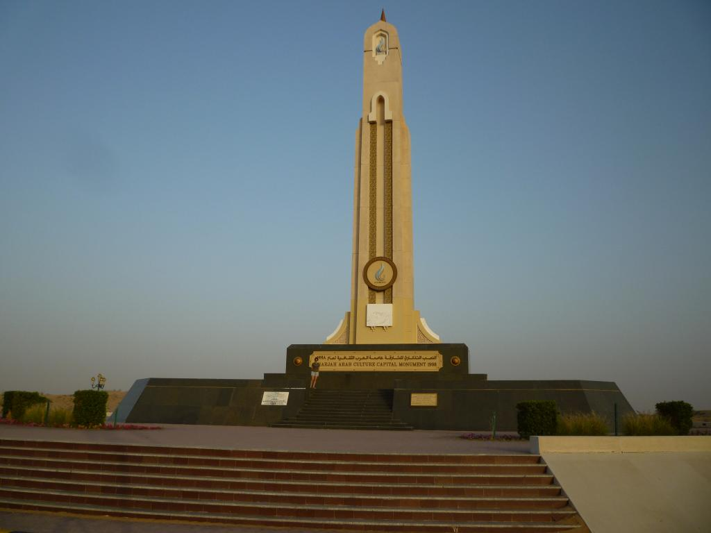 obelisco nel deserto a Sharjah