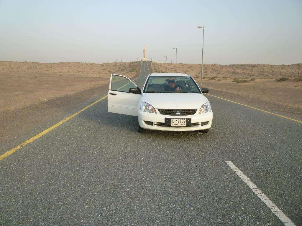 in auto nel deserto arabo