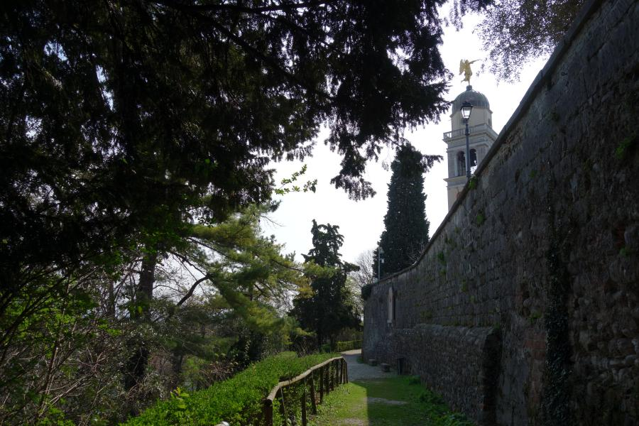 Castello e campanile con angelo