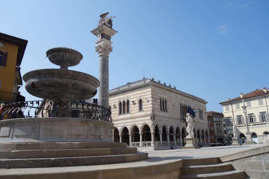 Piazza della Libertà con colonna