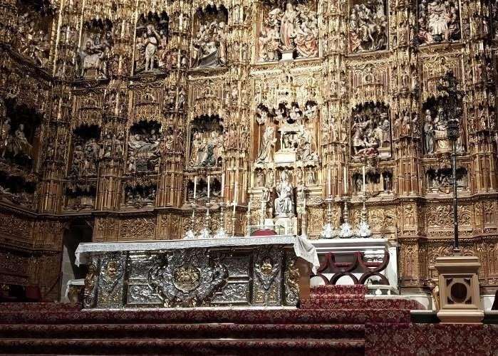 Retablo dorato nella cattedrale di Siviglia