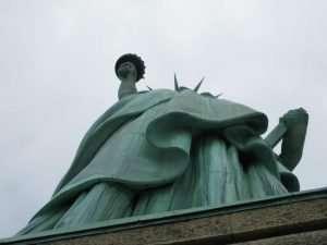 Statua della libertà dal basso