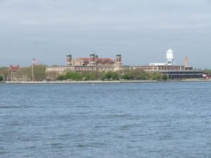Ellis Island dalla baia di New York