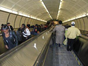 Lunghe scale mobili della stazione metropolitana