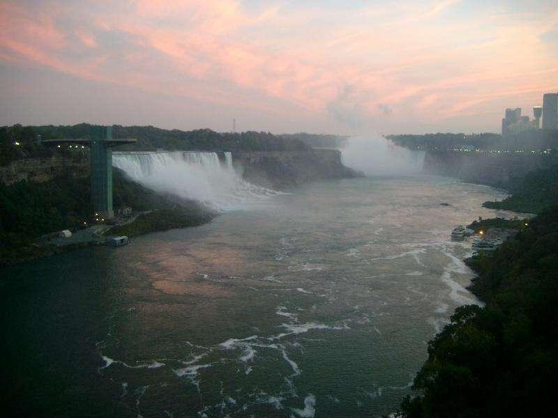 Tramonto sulle cascate del Niagara dal Canada