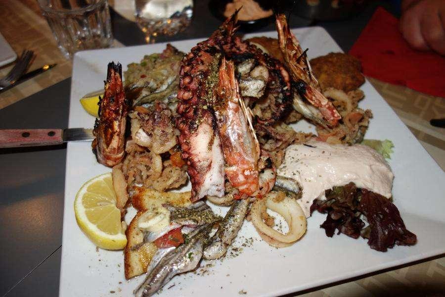 Grigliata e frittura di pesce greco