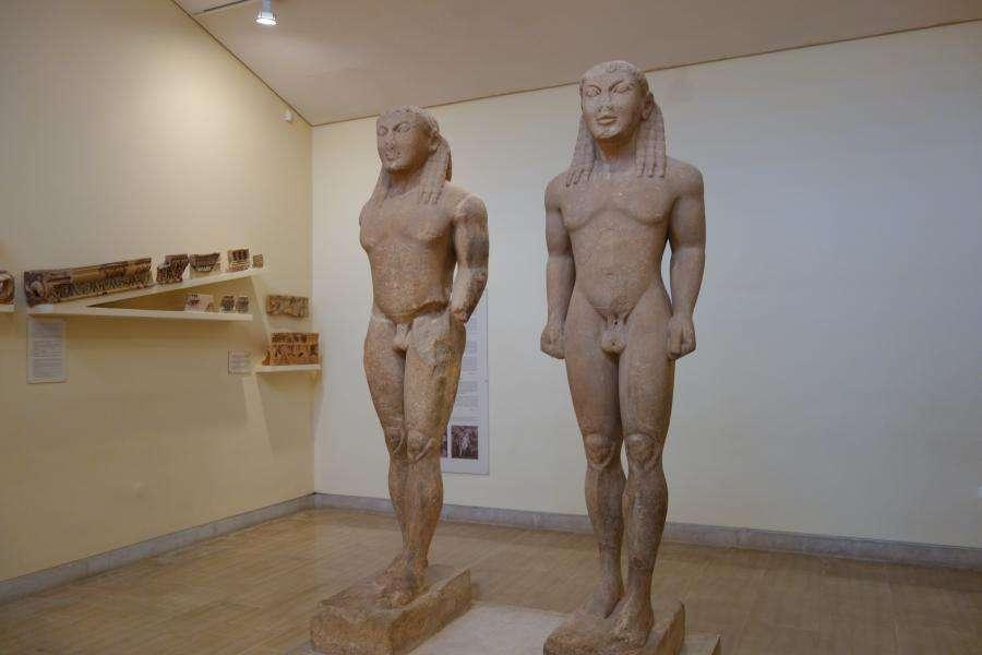 Statue Kouroi al museo di Delfi