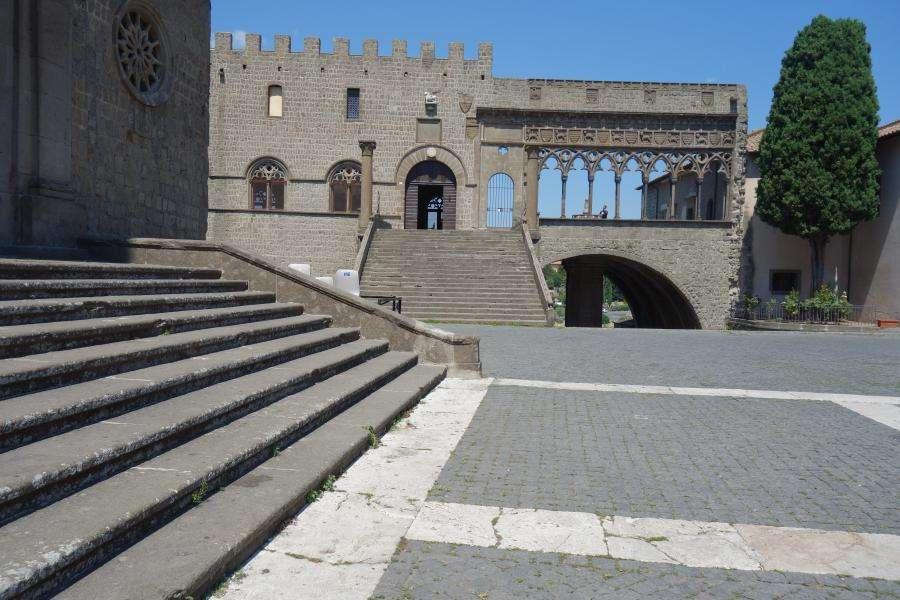 Viterbo palazzo dei Papi Lazio in camper