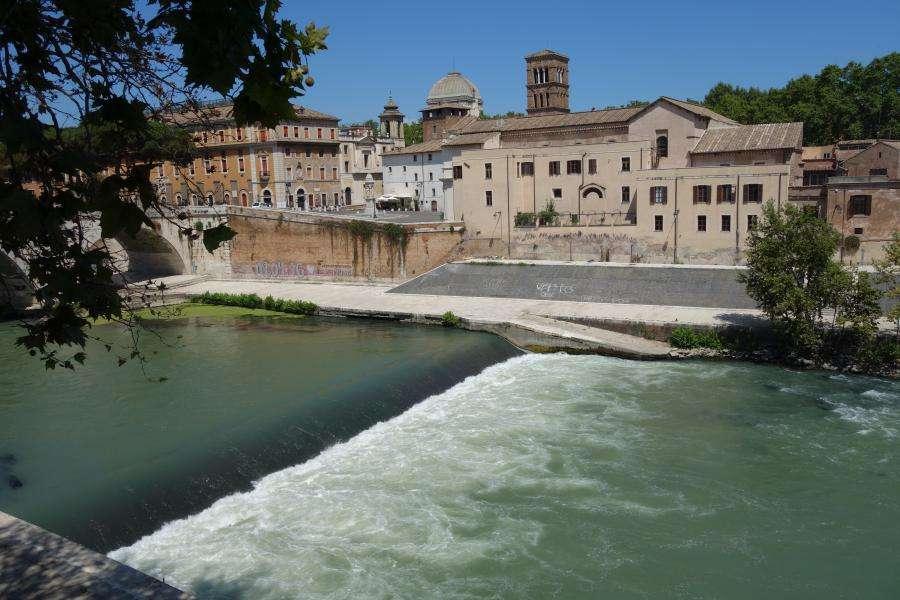 Roma il Tevere e isola Tiberina