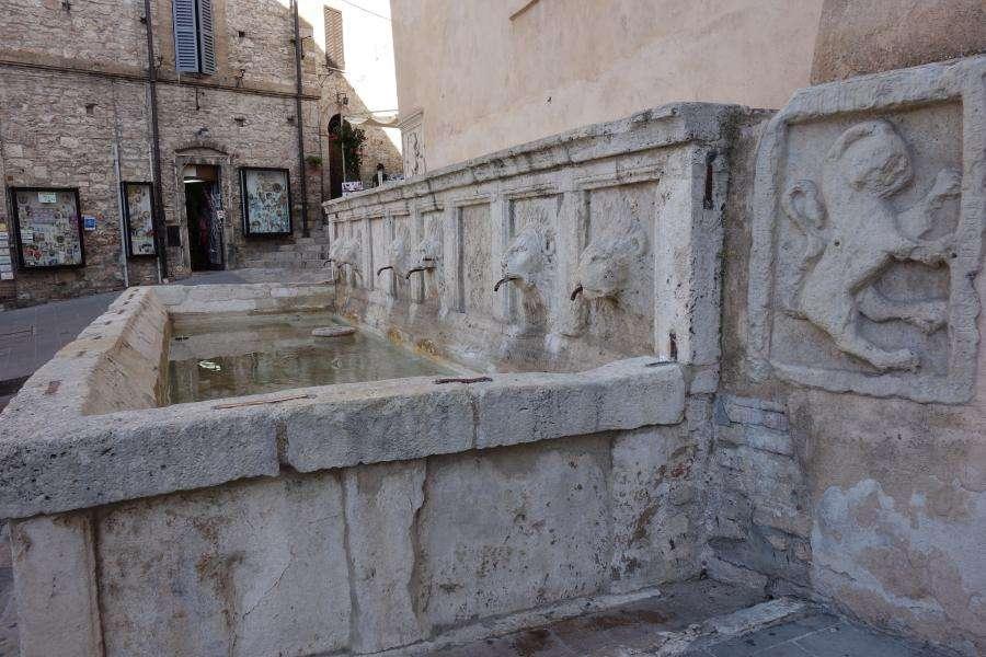 Assisi fontana di San Rufino