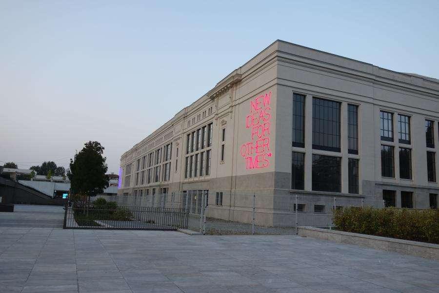 Palazzo delle Scintille con installazione artistica