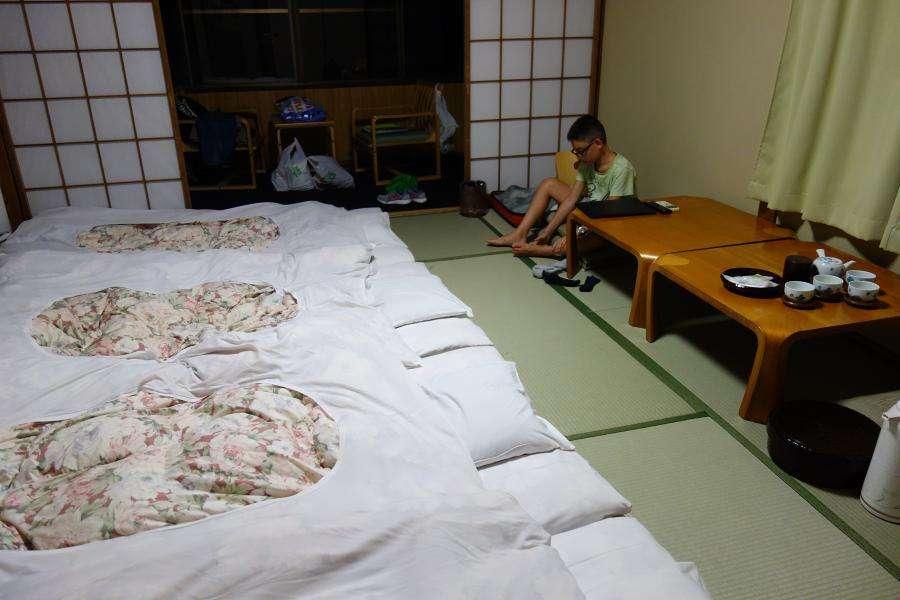 Camera ryokan con futon sul tatami