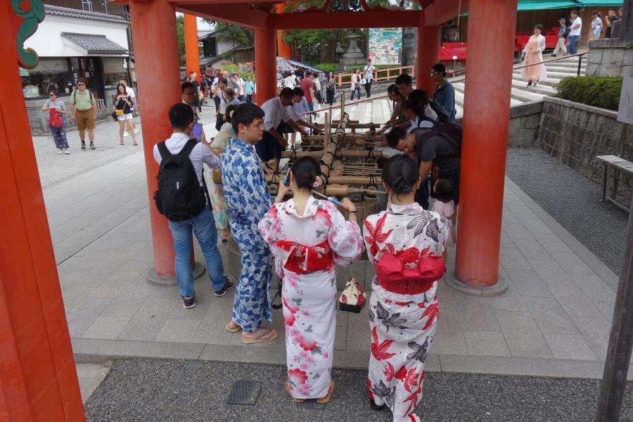 Temizuya nel santuario shintoista